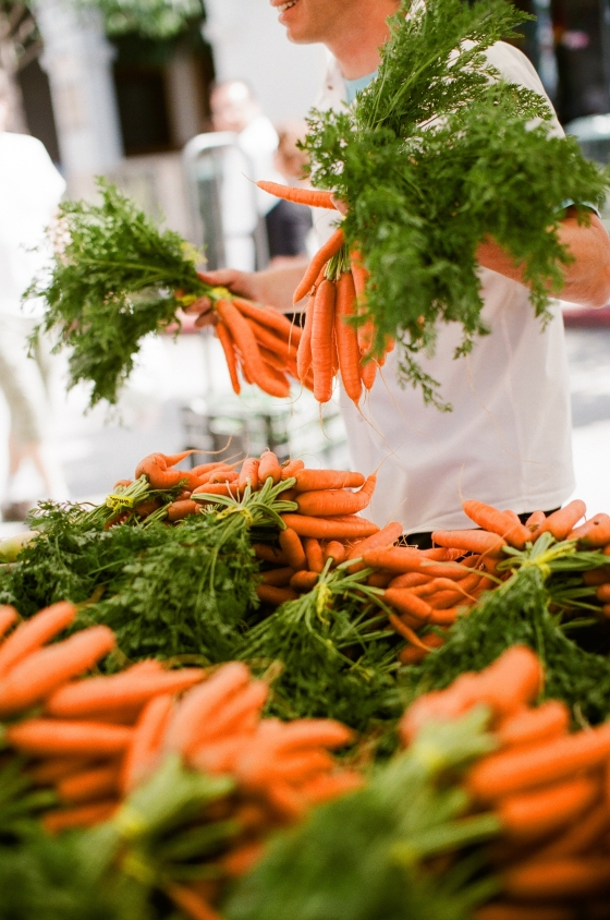 farmers_market_carrots