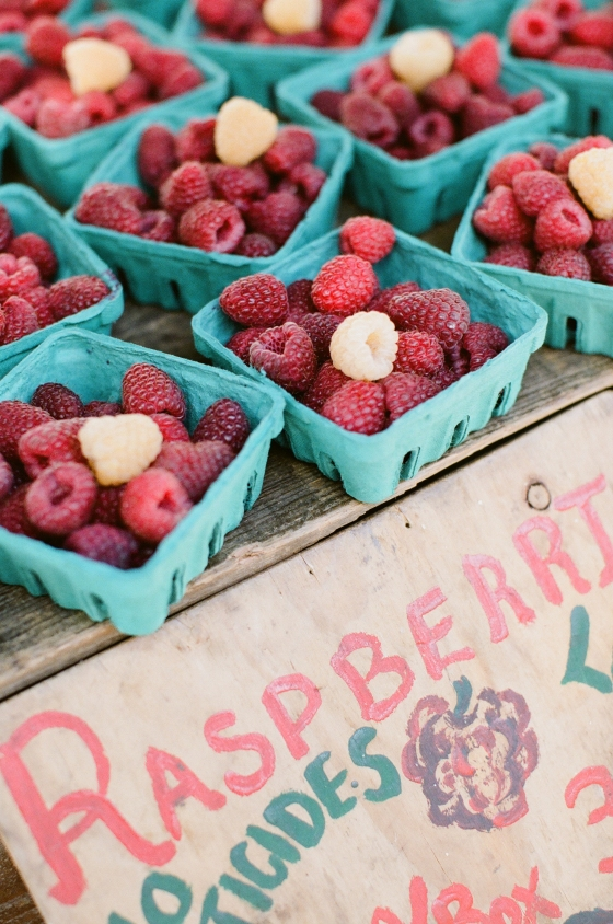 farmers_market_red_white_raspberries